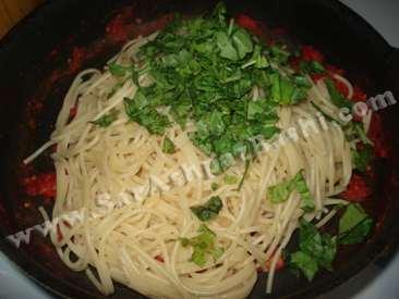 اضافه کردن اسپاگتی و ریحان