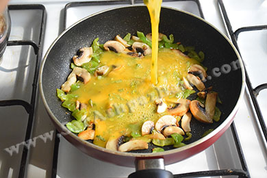 اضافه کردن تخم مرغ به تابه