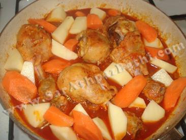 اضافه کردن سیب زمینی و هویج