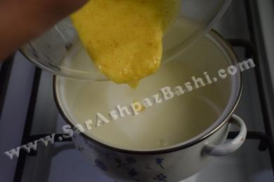 اضافه کردن شکر و زرده به شیر