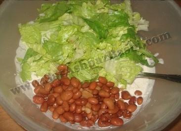 اضافه کردن کاهو و لوبیا