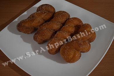 دونات های غلتانده شده در شکر دارچینی