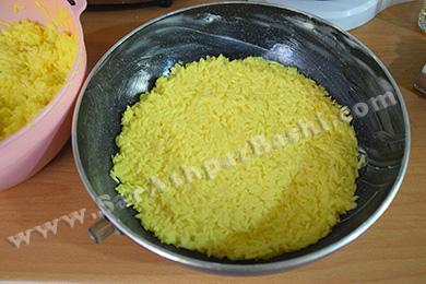 ریختن برنج در قابلمه