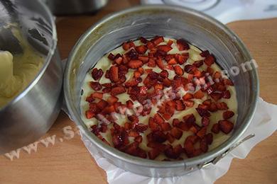 ریختن توت فرنگی ها روی مایه کیک