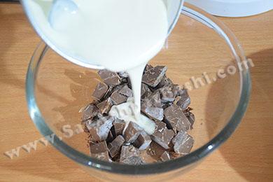 ریختن خامه روی شکلات