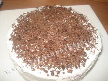 ریختن رنده شکلات روی کیک