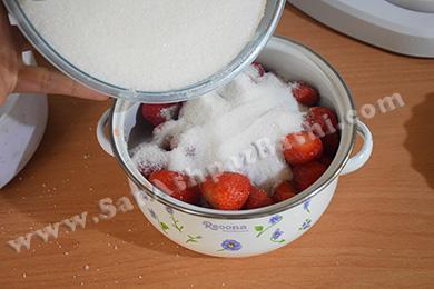ریختن شکر روی توت فرنگی