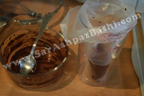 ریختن شکلات در قیف