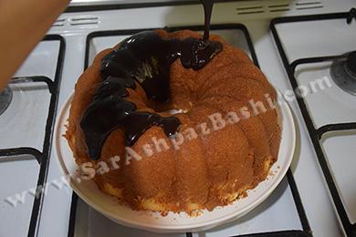 ریختن گاناش روی کیک