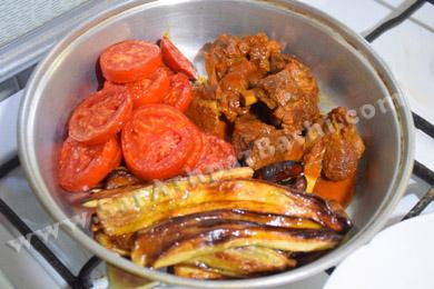 چیدن گوشت و گوجه و بادمجان در تابه