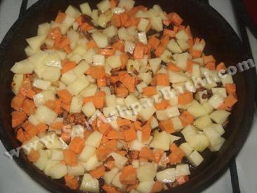 سرخ کردن سیب زمینی و هویج