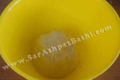 قرار دادن خمیر در ظرف چرب