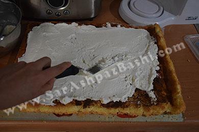 مالیدن کرم روی کیک