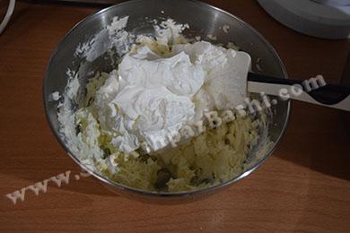 مخلوط کردن پنیر و خامه