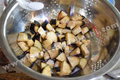 نمک ریختن روی بادمجانها