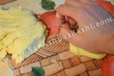 کشیدن خمیر روی سطح کار (2)