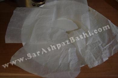 گذاشتن کاغذ روغنی در ظرف